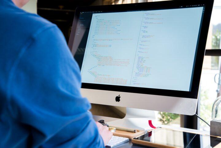 Osoba korzystająca z komputera